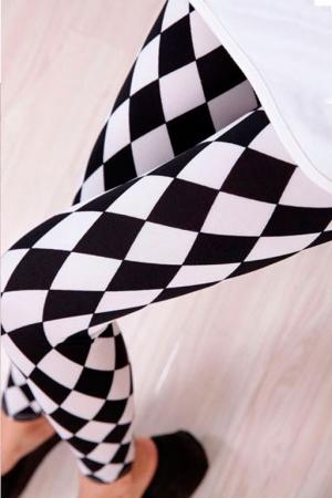 Леггинсы сромбами черно-белые